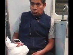 Wey jalandose el pito en el metro mexico